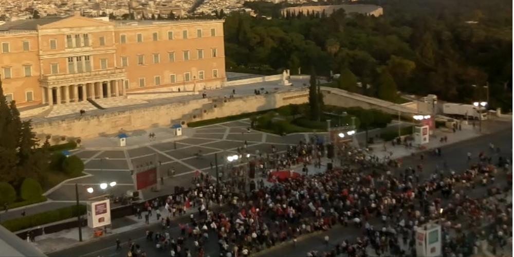 Το twitter «γλεντάει με το πάρτι» του Τσίπρα στο Σύνταγμα και την «αθρόα» προσέλευση κόσμου