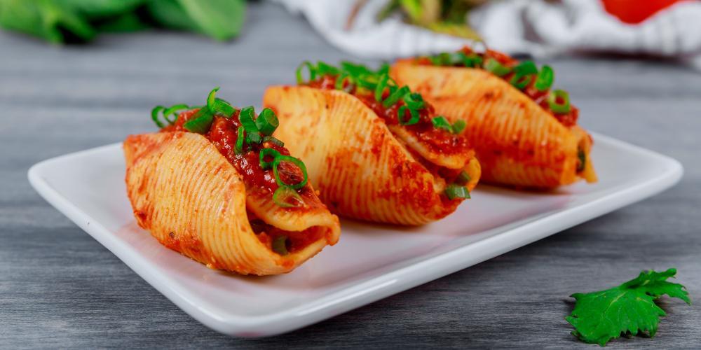 H συνταγή της ημέρας: Γεμιστά κοχύλια με σάλτσα ντομάτας
