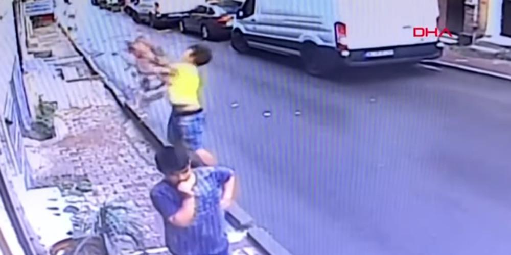 Συγκλονιστικό βίντεο: Ήρωας πιάνει στον αέρα 2χρονο που έπεσε από το παράθυρο