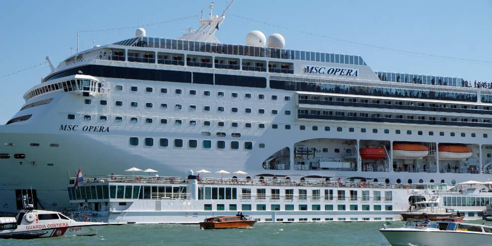 Πανικός στη Βενετία: Κρουαζιερόπλοιο συγκρούστηκε με πλοιάριο [εικόνες & βίντεο]