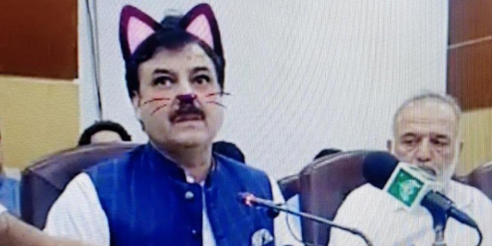 Επική γκάφα: Με αυτάκια και μουστάκια γάτας εμφανίστηκε Πακιστανός υπουργός στο Facebook