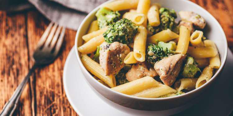 Η συνταγή της ημέρας: Πένες με κοτόπουλο, μπρόκολο και σάλτσα τυριού