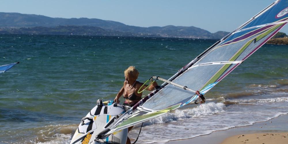 Η... λεοντόκαρδη κυρία Αναστασία είναι 81 ετών και κάνει windsurf στην Κεφαλλονιά [βίντεο]