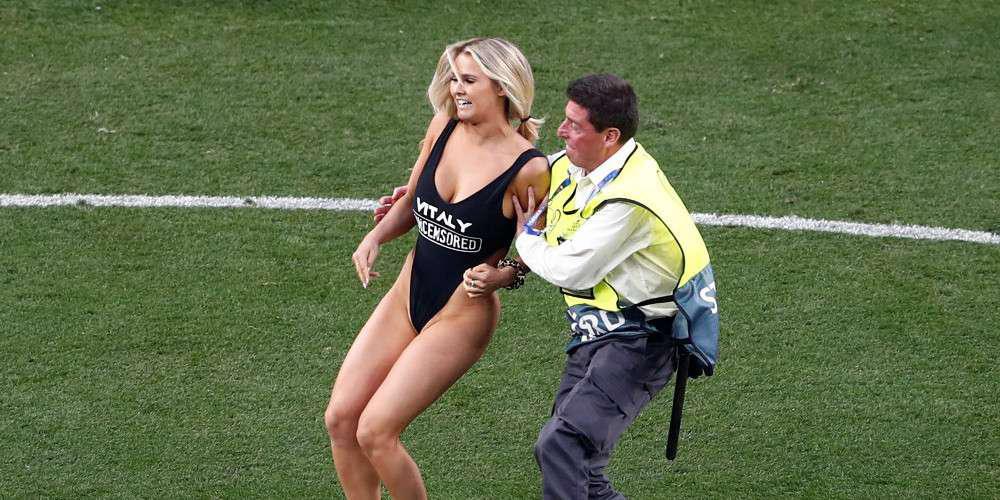 Η ξανθιά εισβολέας του Champions League θέλει σύνταξη στα 30 και «απειλεί» με νέα ντου [εικόνες]
