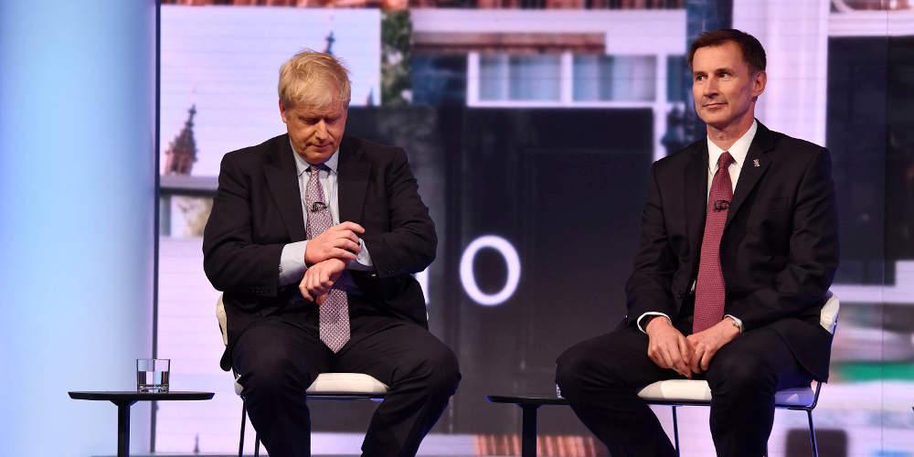Ξεκινά η μάχη στη Βρετανία μεταξύ Τζόνσον και Χαντ για την «καρέκλα» της Μέι