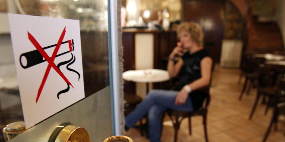 Και με τη «βούλα» του ΣτΕ, συνταγματική η καπνοαπαγόρευση - Έχασαν τη μάχη καπνιστές και επιχειρηματίες