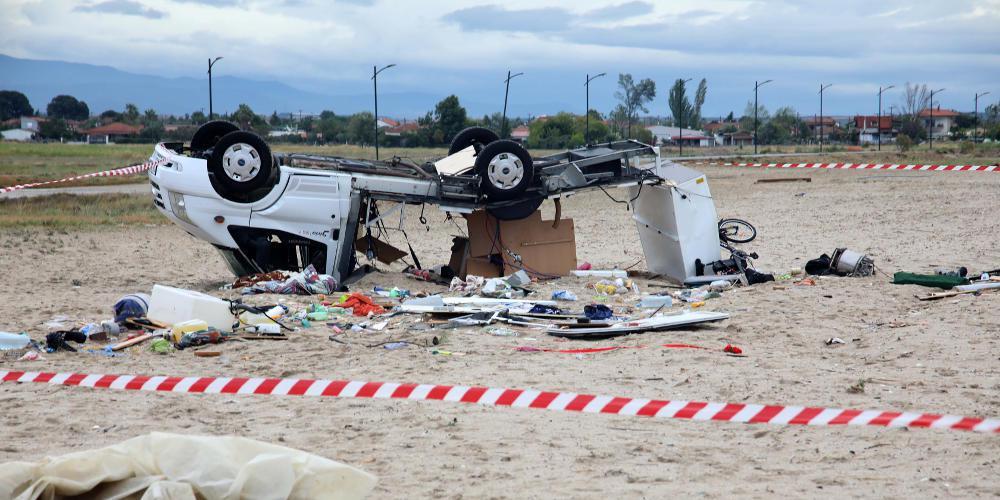 Εικόνες-σοκ από το τροχόσπιτο που σκότωσε δύο ανθρώπους στην Χαλκιδική