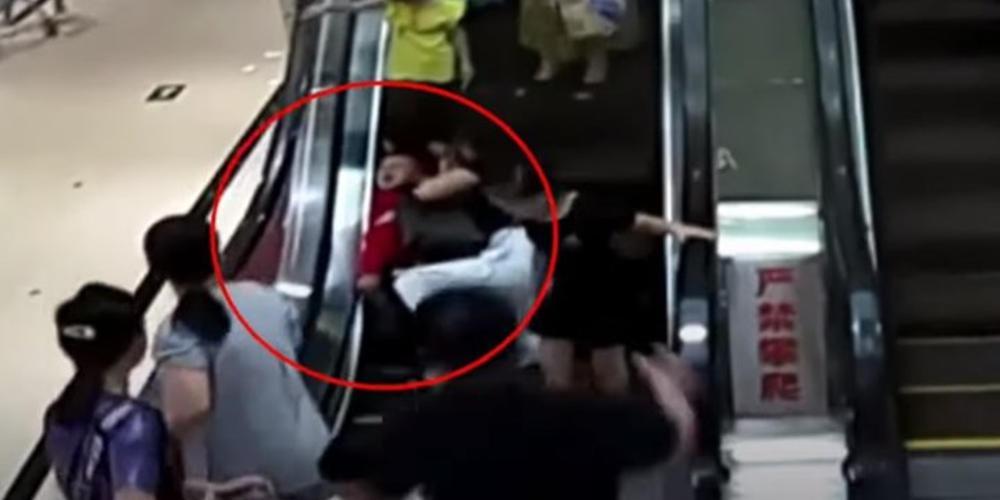 Βίντεο-σοκ: Αγοράκι εγκλωβίστηκε σε κυλιόμενες σκάλες!