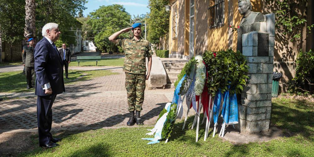 45 χρόνια από την Αποκατάσταση της Δημοκρατίας: Στεφάνι στην προτομή του Μουστακλή από τον Προκόπη Παυλόπουλο