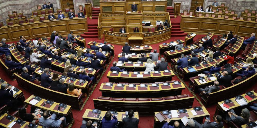 Ενός λεπτού σιγή στη Βουλή για τα θύματα της τραγωδίας στο Μάτι [βίντεο]