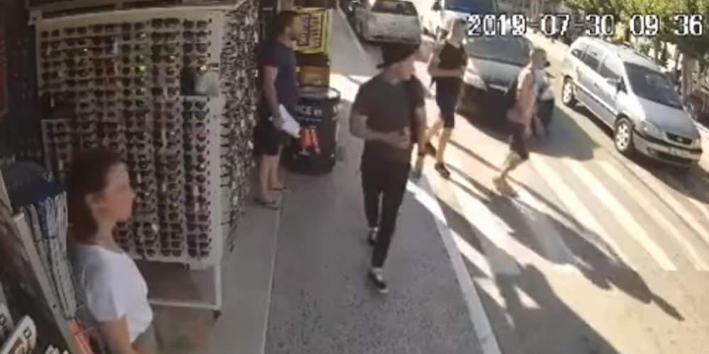 Βίντεο-σοκ: Η στιγμή που τουρίστας παρασύρεται από ΙΧ στη Ζάκυνθο