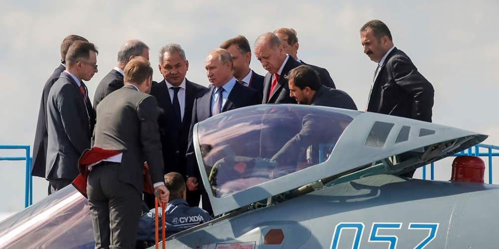 «Βόμβα»: Ο Ερντογάν φωτογραφήθηκε με ρωσικό μαχητικό Sukhoi SU-35 [εικόνες]