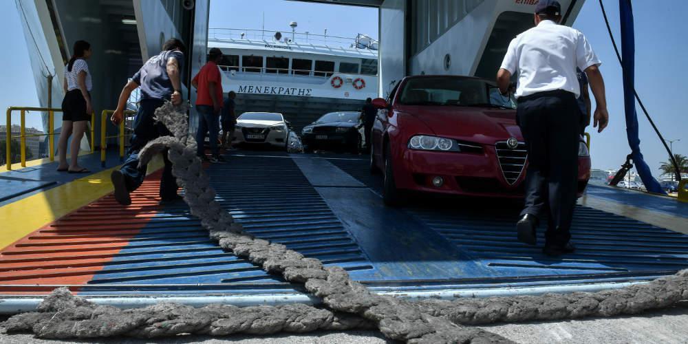 Στο λιμάνι του Πειραιά επέστρεψε λόγω βλάβης το πλοίο «Ιονίς» με 70 επιβάτες