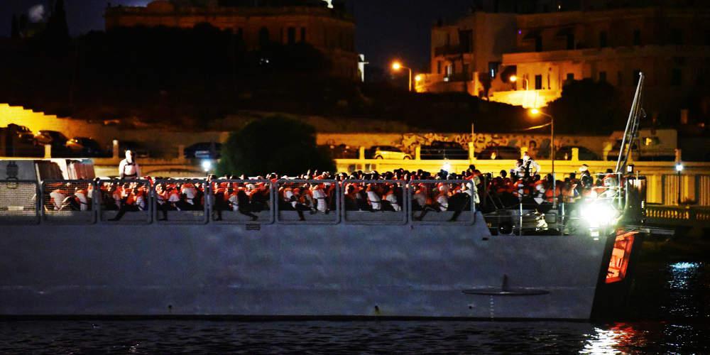 Έφτασαν στη Μάλτα οι 356 μετανάστες που επέβαιναν στο πλοίο Ocean Viking