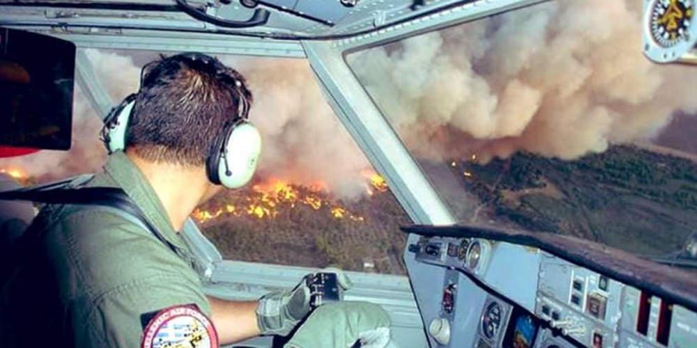 Συγκλονιστική φωτογραφία μέσα από το πιλοτήριο καναντέρ πάνω από τις φλόγες