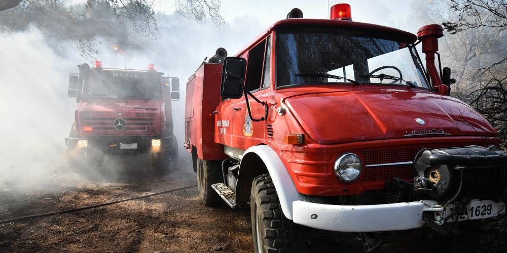 Δύο πυροσβέστες τραυματίες μετά την ανατροπή πυροσβεστικού οχήματος