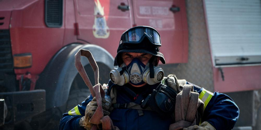 Μεγάλη πυρκαγιά σε εργοστάσιο με χημικά στο Βαθύ Αυλίδας