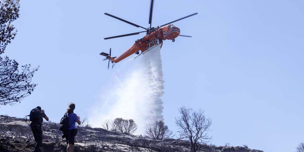 Σε ύφεση η φωτιά στην Βάρη - Αποκαταστάθηκε η κυκλοφορία στη λεωφόρο Ευελπίδων