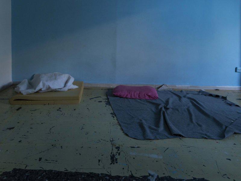 Εικόνες: Έτσι ζούσαν οι μετανάστες στις καταλήψεις – Βρέθηκαν πιστόλια!