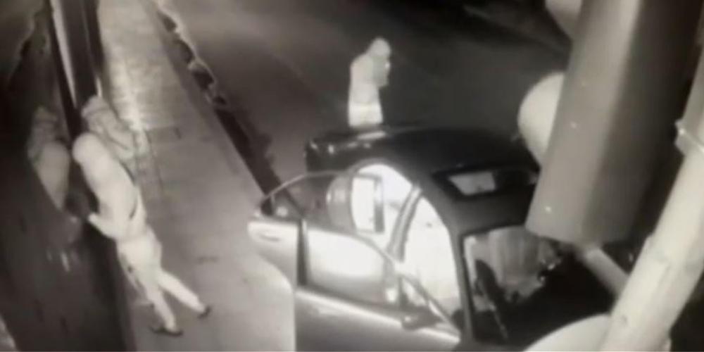 Βίντεο-ντοκουμέντο: Μπουκάρουν με αυτοκίνητο και ληστεύουν διαγνωστικό κέντρο στον Πειραιά