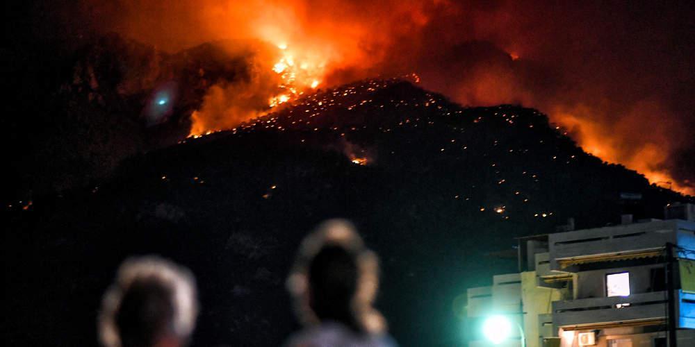 Ολονύχτια μάχη με τις φλόγες στο Λουτράκι – Συνεχίζονται οι προσπάθειες κατάσβεσης