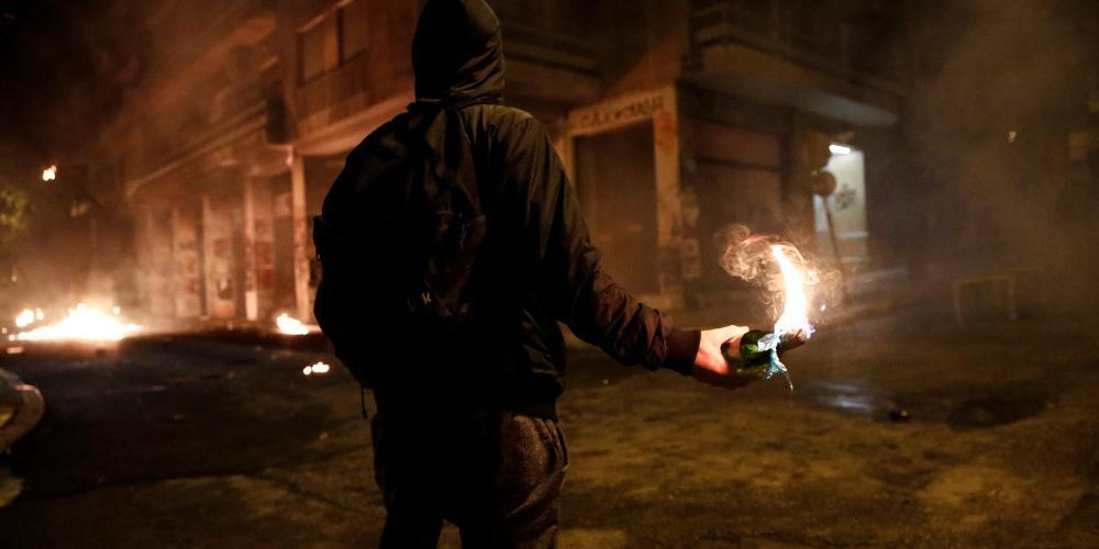 Μολότοφ στα Εξάρχεια: Αντίποινα με δολοφονικές επιθέσεις κατά των ΜΑΤ