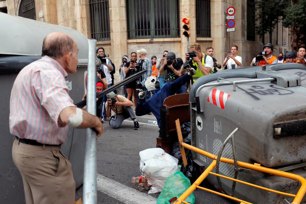 Χάος: Η Μαδρίτη καλεί την πολιτοφυλακή στα περίχωρα της Βαρκελώνης – Άγρια επεισόδια στην πόλη