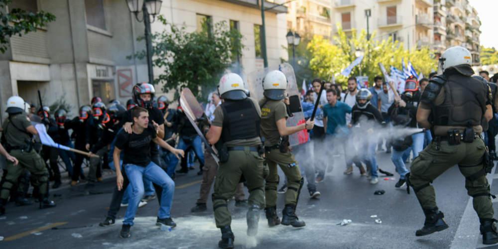 Πώς περιγράφει ο αστυνομικός την πισώπλατη επίθεση από τον διαδηλωτή του ΠΑΜΕ