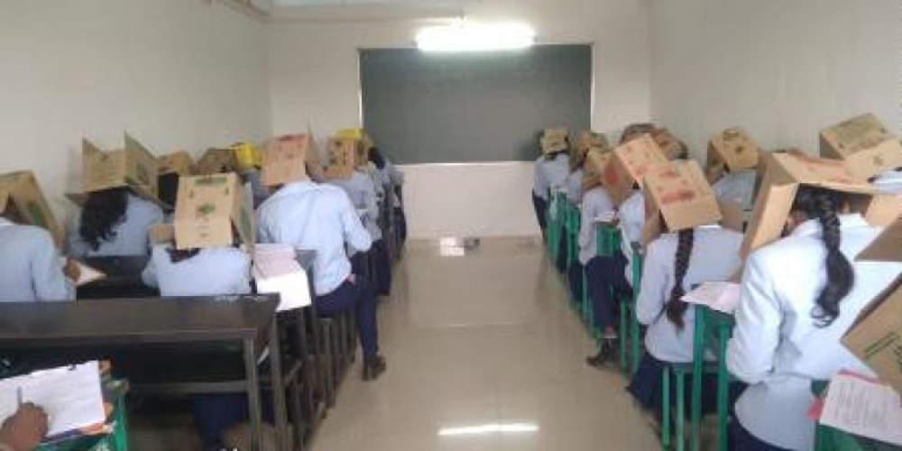 Απίστευτο: Δάσκαλος στην Ινδία έβαλε κούτες στα κεφάλια μαθητών για να μην αντιγράφουν [εικόνες & βίντεο]