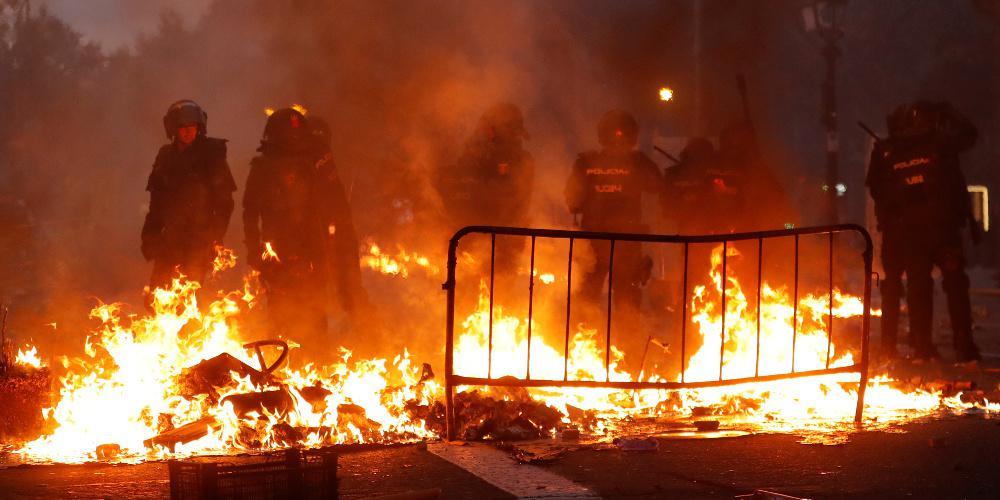 Ακόμα μια νύχτα άγριων συγκρούσεων στη Βαρκελώνη ανάμεσα σε διαδηλωτές και αστυνομία [βίντεο]
