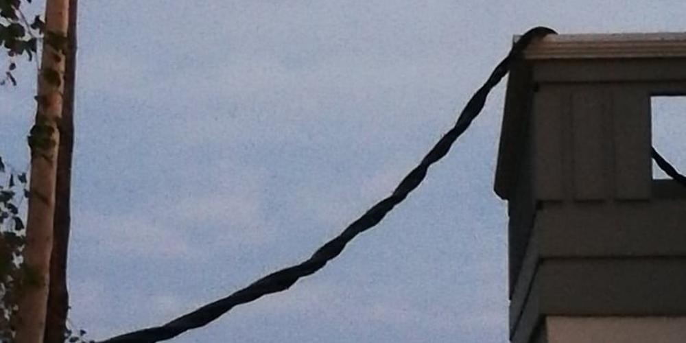 Καλώδιο της ΔΕΗ «προσγειώθηκε» σε μπαλκόνι σπιτιού στα Χανιά [εικόνες]