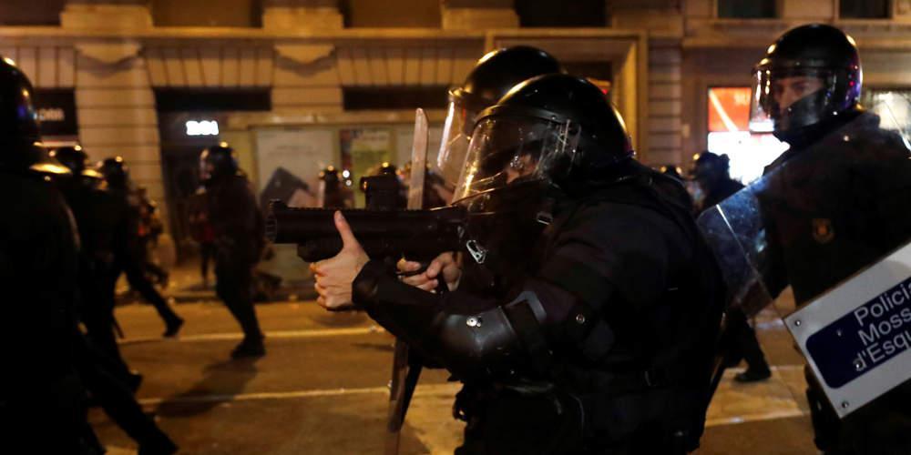 Συνεχίζονται οι μαζικές διαδηλώσεις και τα άγρια επεισόδια στην Βαρκελώνη [εικόνες & βίντεο]