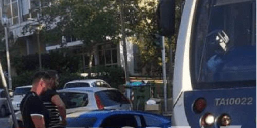 Απίστευτο: Ο παρουσιαστής Νίκος Κοκλώνης τράκαρε με…τραμ [εικόνα]
