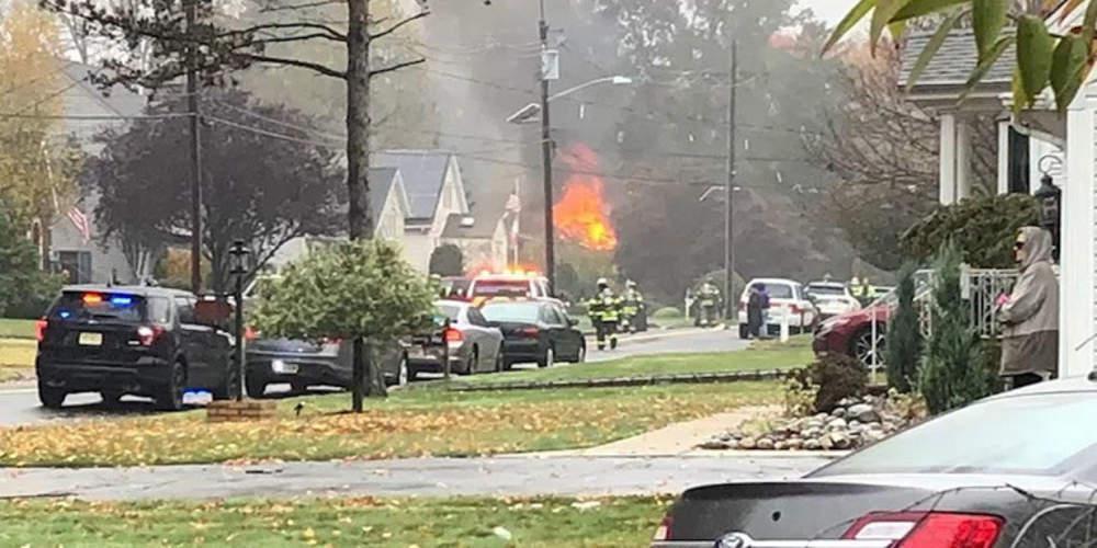Συναγερμός στο Νιού Τζέρσι: Μικρό αεροπλάνο έπεσε σε σπίτι προκαλώντας πυρκαγιά