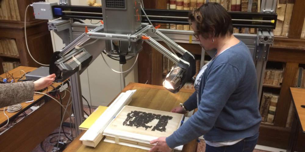 Επιστήμονες κατάφεραν να διαβάσουν αρχαιοελληνικό κείμενο από πάπυρο που κάηκε από την έκρηξη του Βεζούβιου