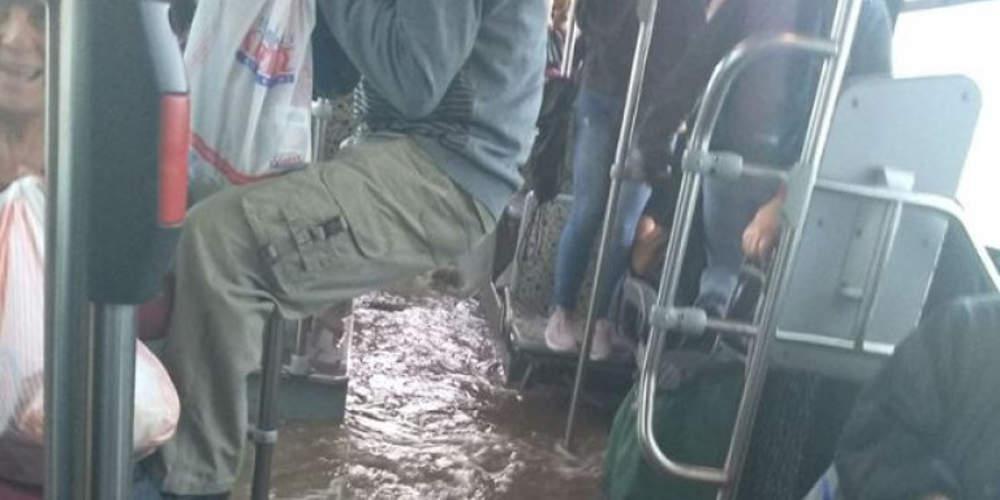 Απίστευτο: Πλημμύρισε λεωφορείο στον Ασπρόπυργο γεμάτο με επιβάτες [εικόνα & βίντεο]