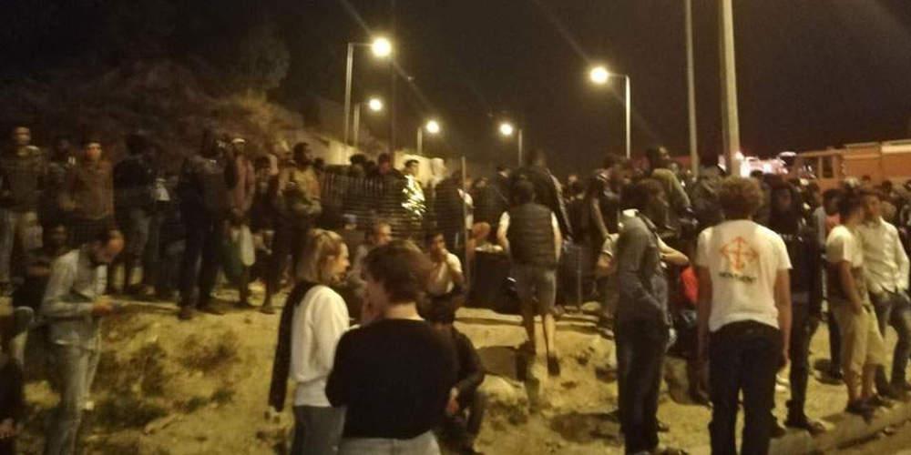 Ένταση και συλλήψεις στο ΚΥΤ Σάμου: Εβαλαν φωτιά σε κάδο και πετούσαν πέτρες στους πυροσβέστες