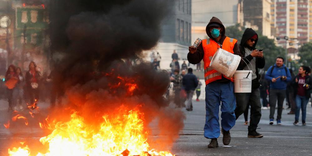 Χάος στην Χιλή: Νεκροί, μεγάλες διαδηλώσεις και άγριες συγκρούσεις