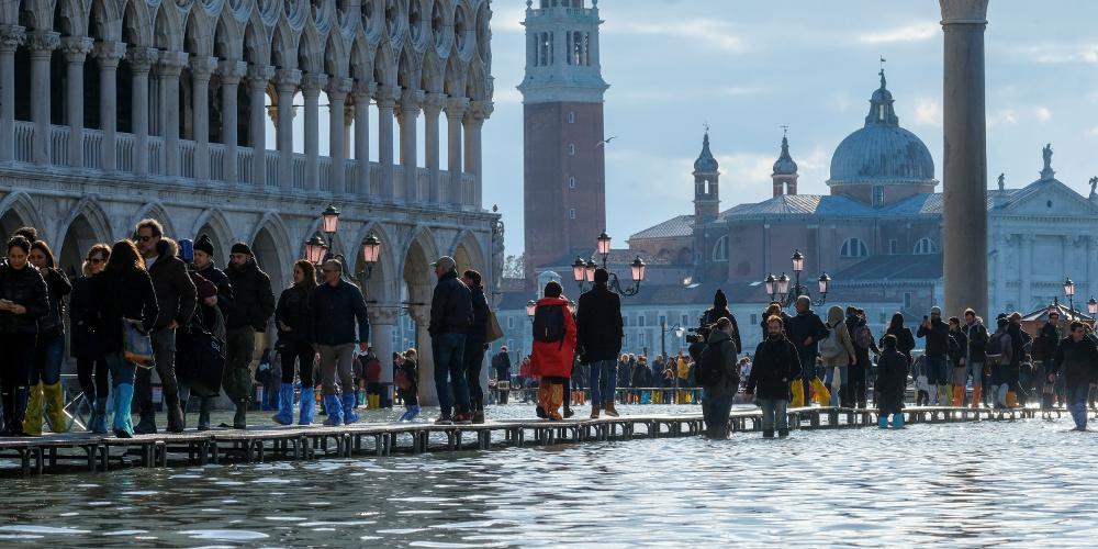 Μετρούν τις πληγές τους στη Βενετία - Οι κάτοικοι ετοιμάζονται για νέα πλημμυρίδα [εικόνες & βίντεο]