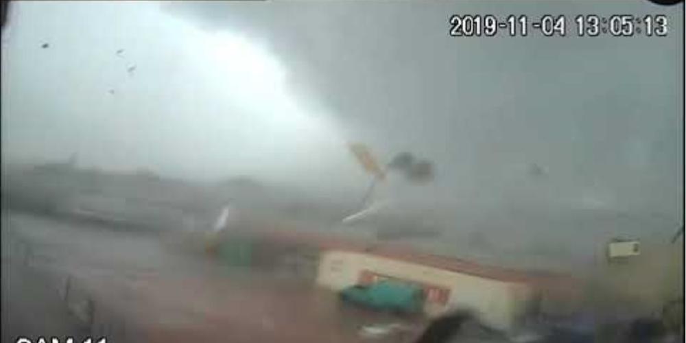 Η στιγμή που ανεμοστρόβιλος «χτυπά» εργοστάσιο στην Καλαμάτα! [βίντεο]