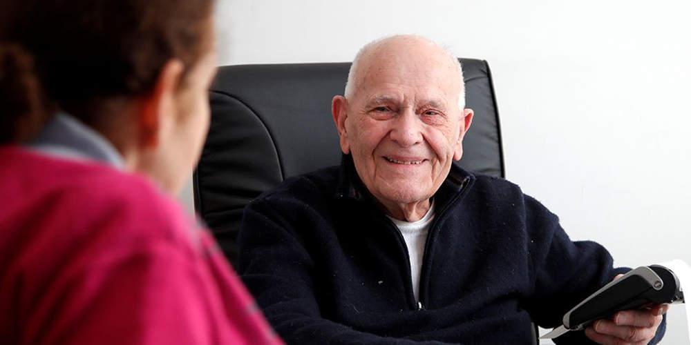 Απίστευτο: Γάλλος γιατρός στα 98 του χρόνια εξετάζει ακόμη ασθενείς [βίντεο]