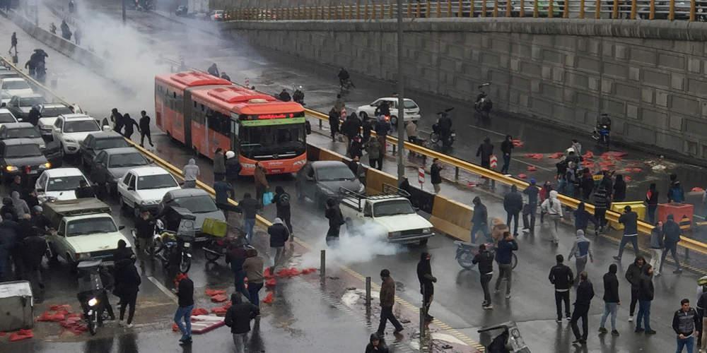 Χάος στο Ιράν: Τουλάχιστον 106 νεκροί από τις διαδηλώσεις σύμφωνα με τη Διεθνή Αμνηστία