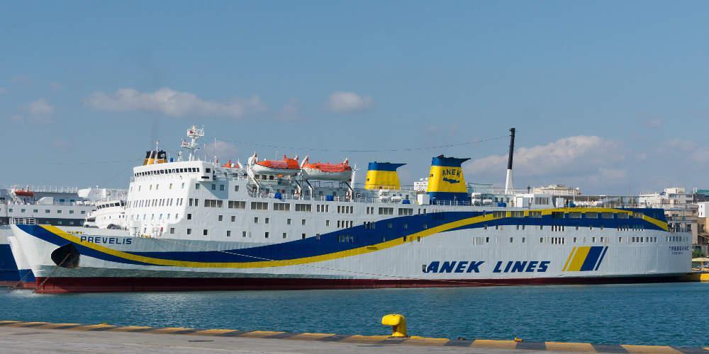Πλοίο με 220 επιβάτες προσέκρουσε στο λιμάνι της Κάσου