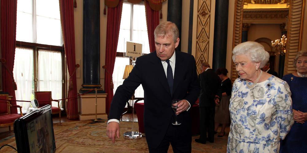Η βασίλισσα Ελισάβετ έδιωξε τον πρίγκιπα Άντριου από το παλάτι σύμφωνα με τους Times