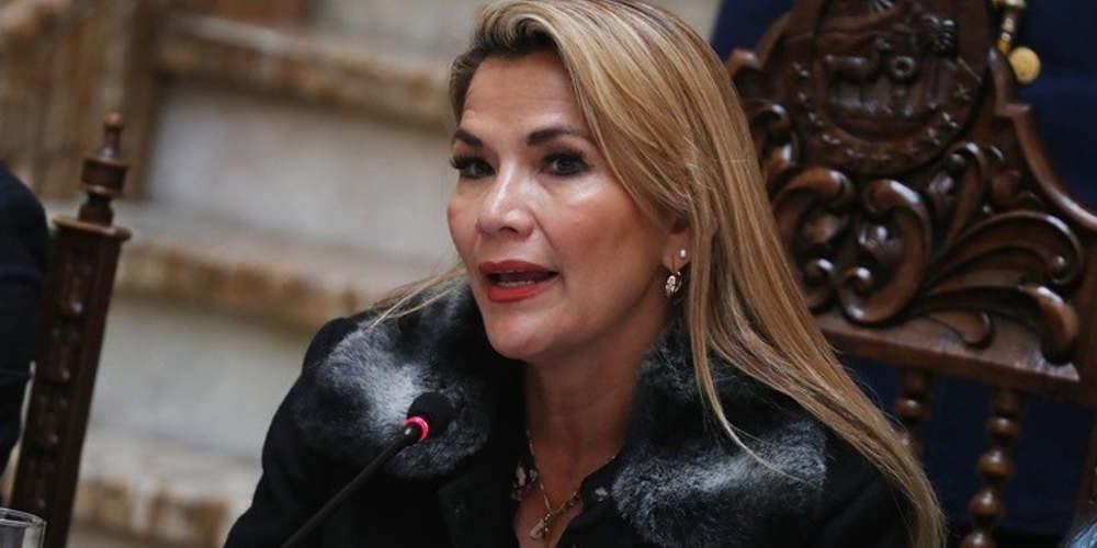 Η μεταβατική πρόεδρος της Βολιβίας ακύρωσε ένα ταξίδι λόγω «απειλών για τη ζωή της»