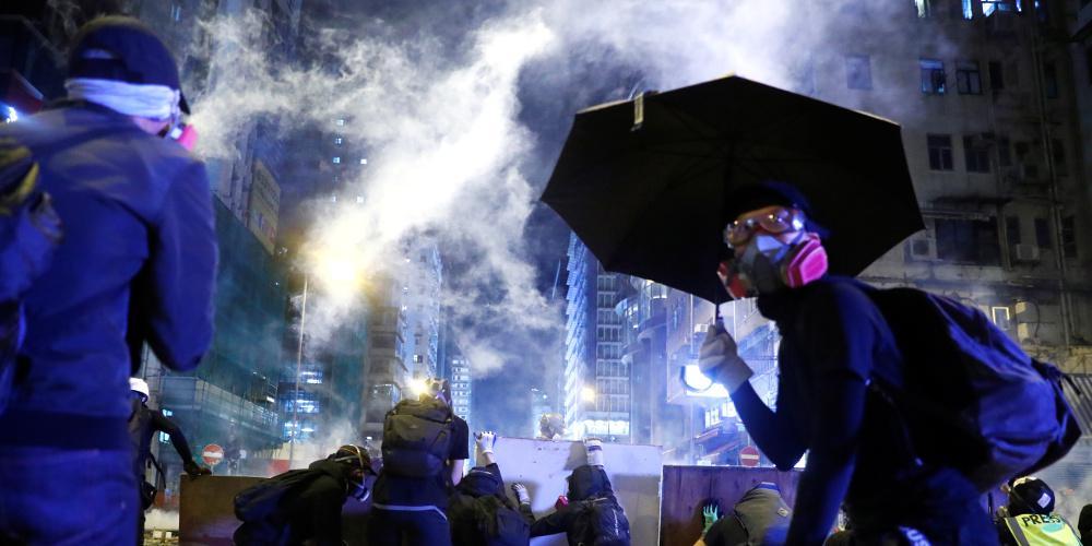 Χάος στο Χονγκ Κονγκ: Η Αστυνομία καταγγέλλει πως διαδηλωτές έριξαν… βέλη!