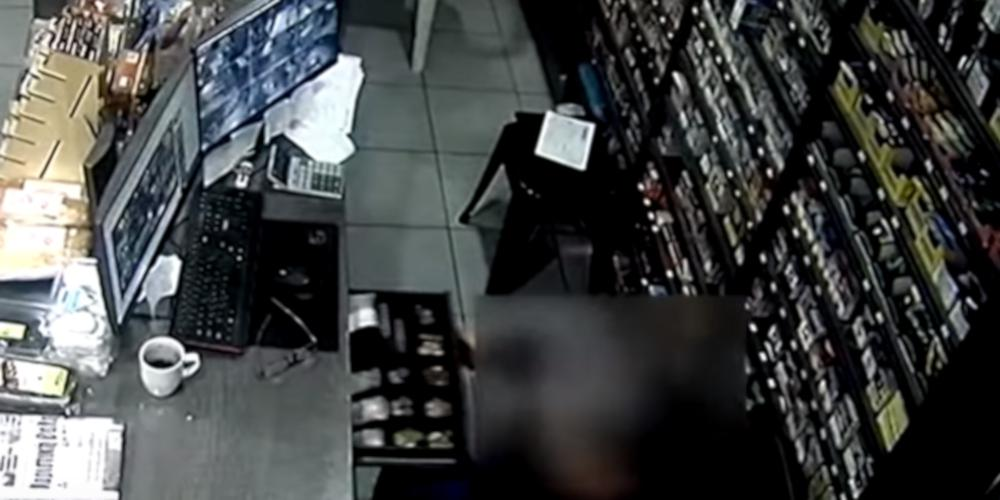 Βίντεο ντοκουμέντο: Στιγμές τρόμου για ιδιοκτήτη μίνι μάρκετ - Έπεσε θύμα ληστείας