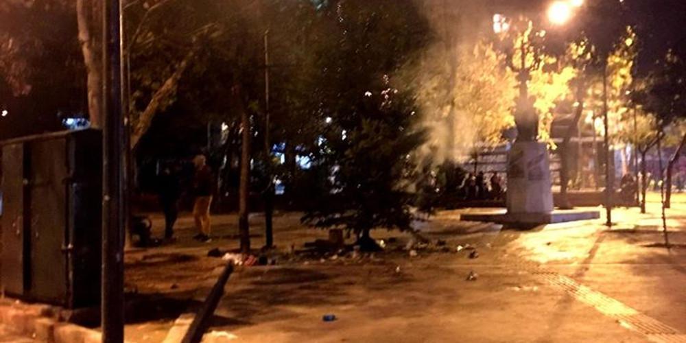 Εξάρχεια: Πρώτα έκαψαν τα Χριστουγεννιάτικα δέντρα και έπειτα «στόλισαν» την πλατεία