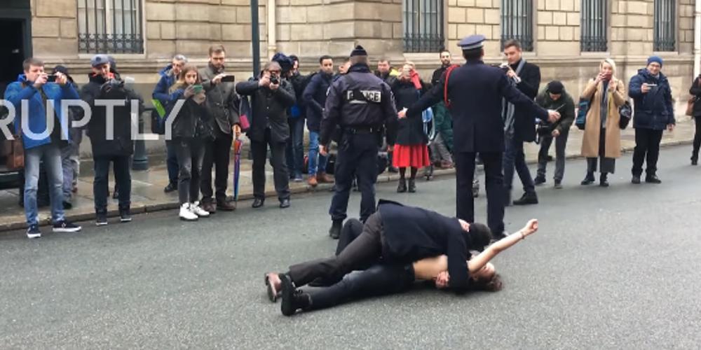 Γυμνόστηθες Femen διαδήλωσαν κατά του Πούτιν στο Παρίσι [βίντεο]