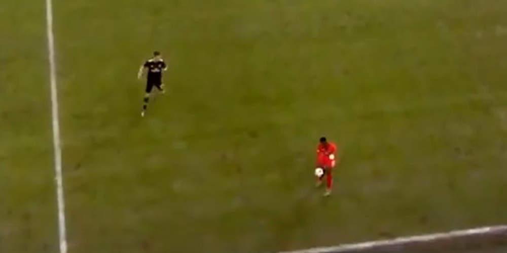 Απίστευτο: Παίκτης της Σταντάρ Λιέγης έπιασε την μπάλα στο κέντρο του γηπέδου! [βίντεο]
